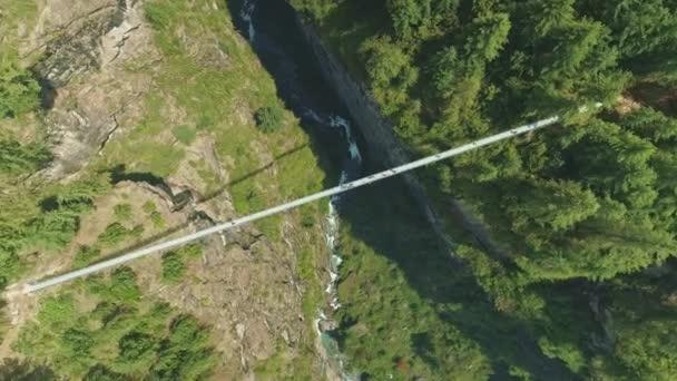 Atemberaubende schmale Hängebrücke über tiefe Flussschlucht