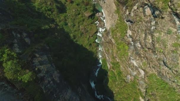 Höhenflug über der grünen Felsschlucht des Flusses, tiefer, grandioser Abgrund