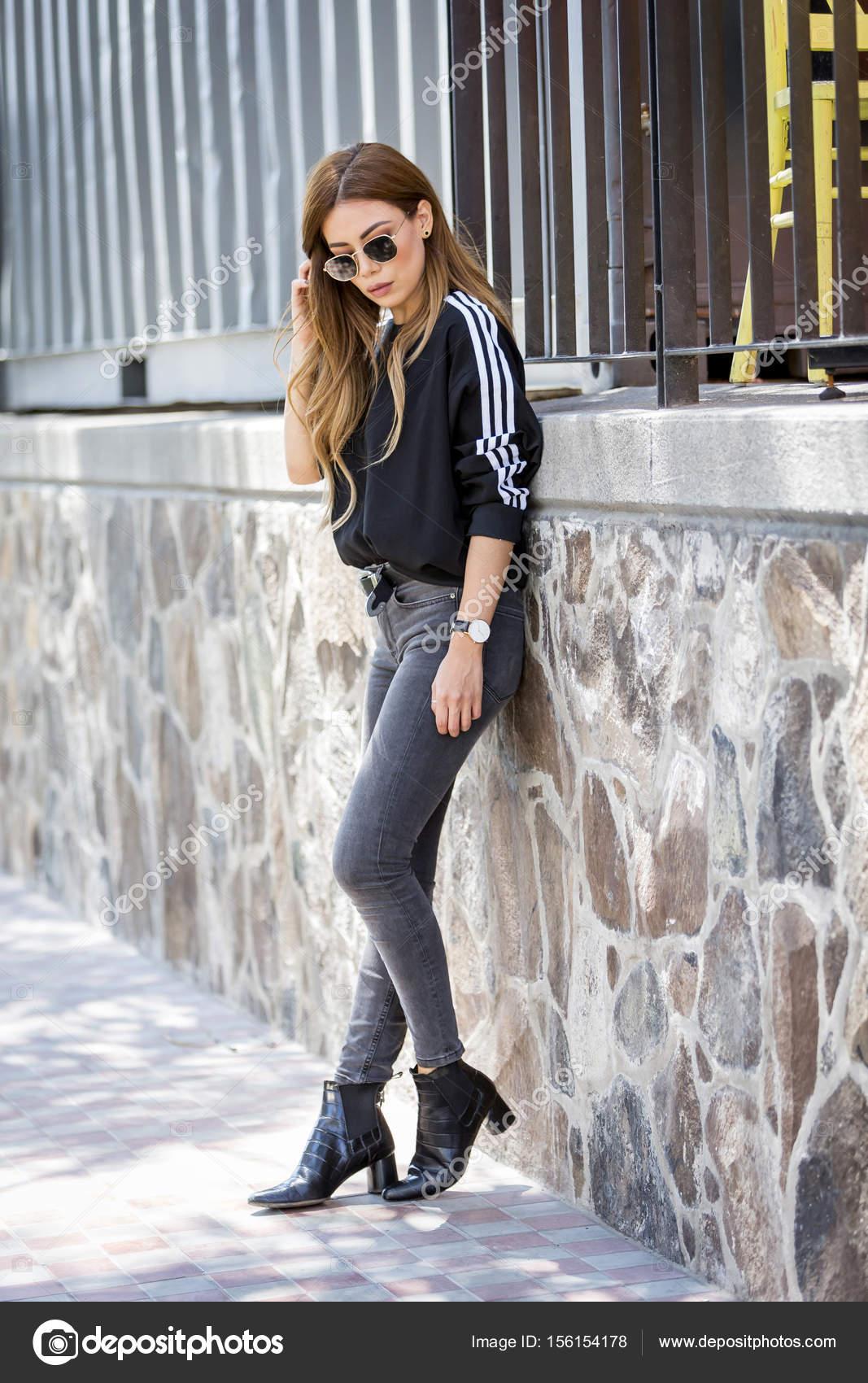 44653ac06ba3 Όμορφη Νεαρή Γυναίκα Που Φοράει Μοντέρνα Ρούχα Περπάτημα Στο Δρόμο —  Φωτογραφία Αρχείου