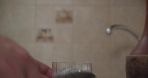 Mann wirft Eis in Glas