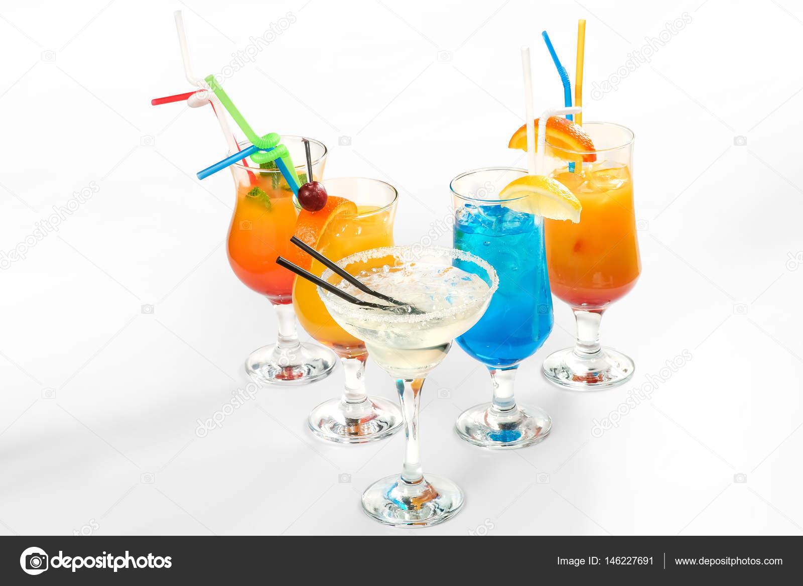 Alkoholische Cocktails und alkoholfreie Getränke auf weißem ...