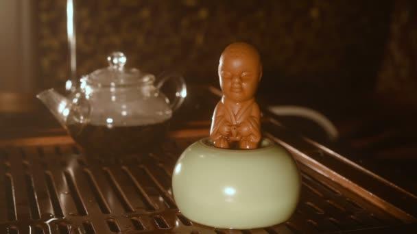 čaj soška z hlíny - chlapec, který je močení