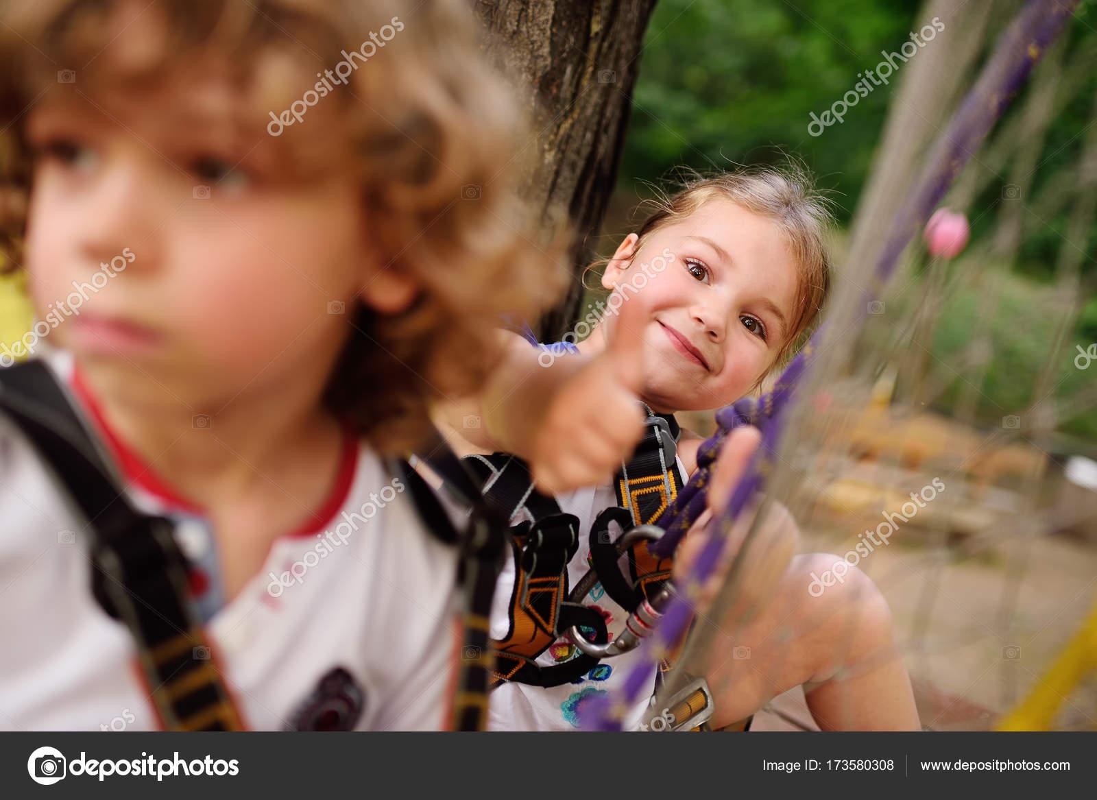 d257ed81fa5 τα παιδιά - ένα αγόρι και ένα κορίτσι στο πάρκο σχοινί περάσει ...