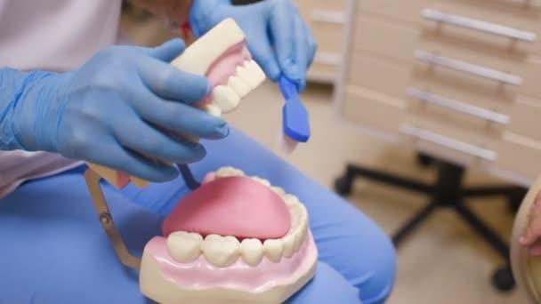 Zubař řekne dítěti o ústní hygienu