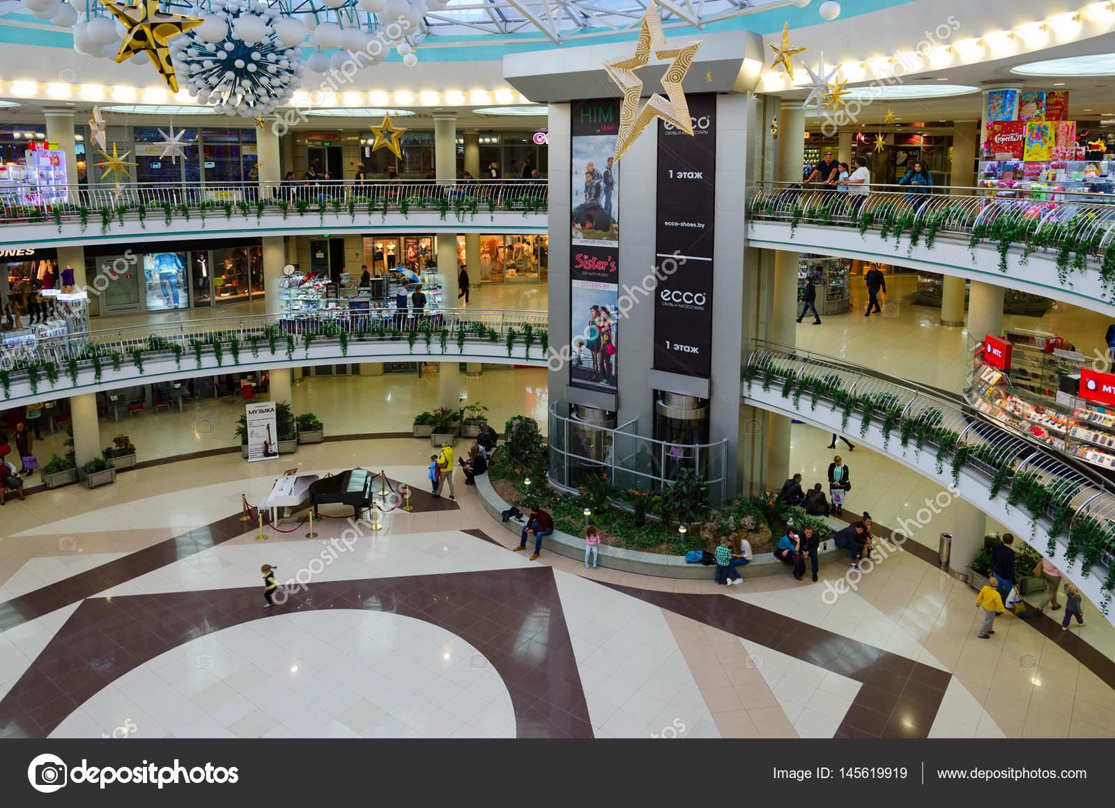 Минск, Беларусь - 1 октября 2016  Неизвестные люди посетить большой  современный подземный четыре уровня торговый центр «Столица» на  независимости проспект, ... 25d29e8e867