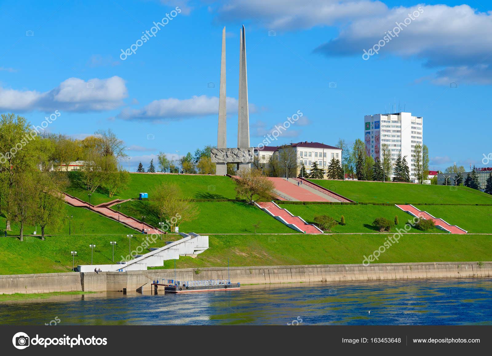西ドビナ川と記念碑ソビエト兵士...