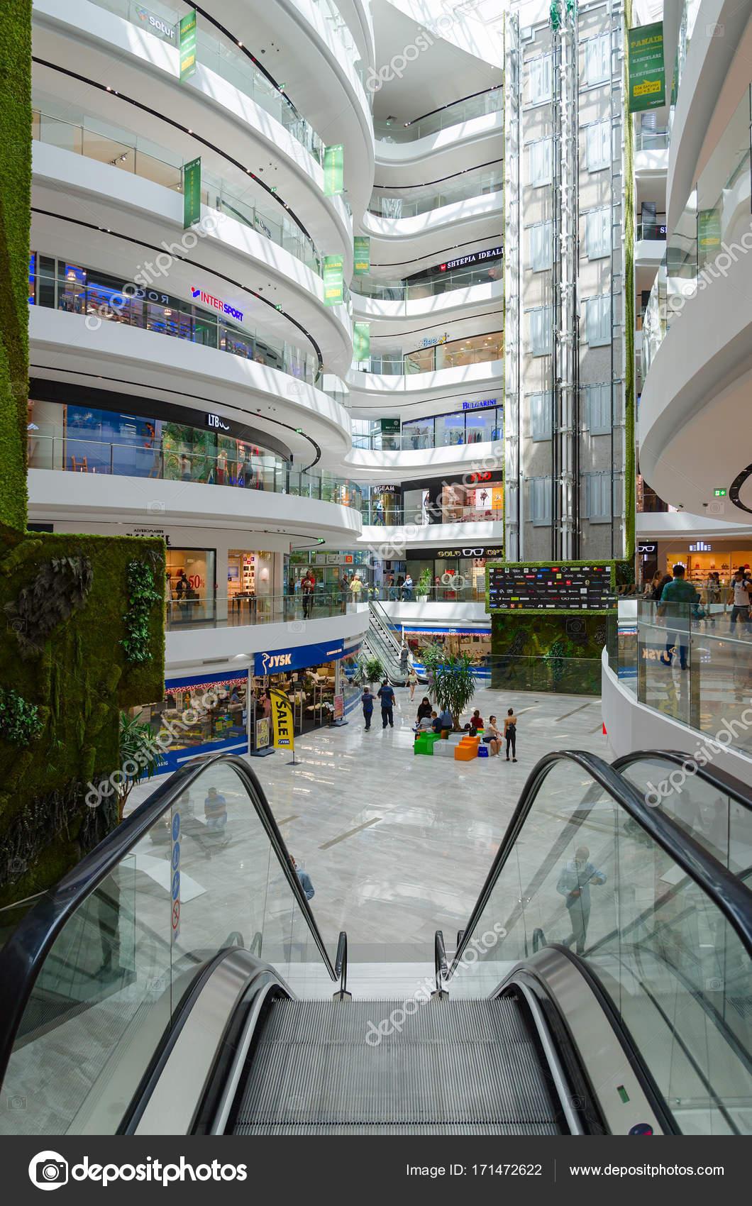 Interno del grande centro commerciale moderno toptani for Interno moderno