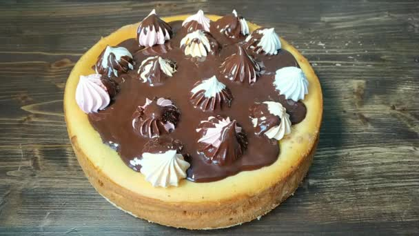 Nalijte roztavenou čokoládu na dort