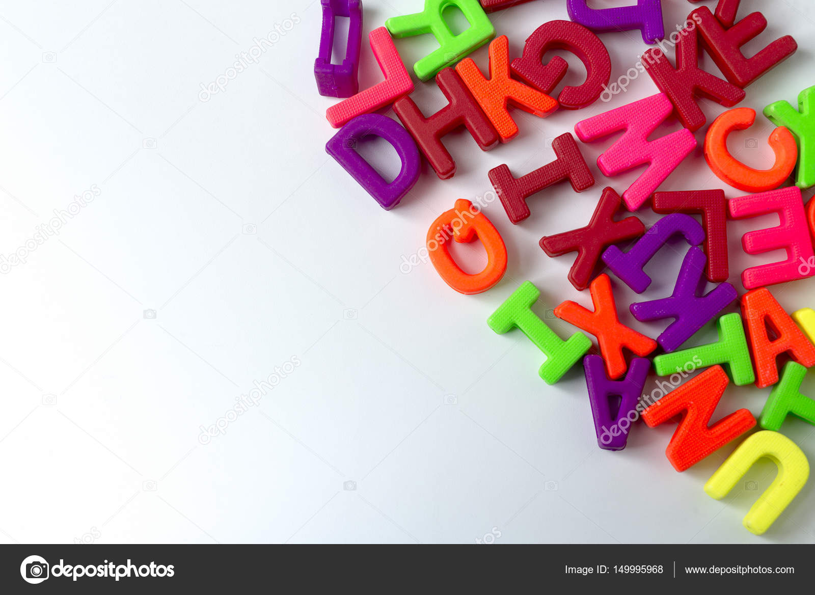 Lettere Di Legno Colorate : Lettere in legno colorate su sfondo bianco u foto stock beast