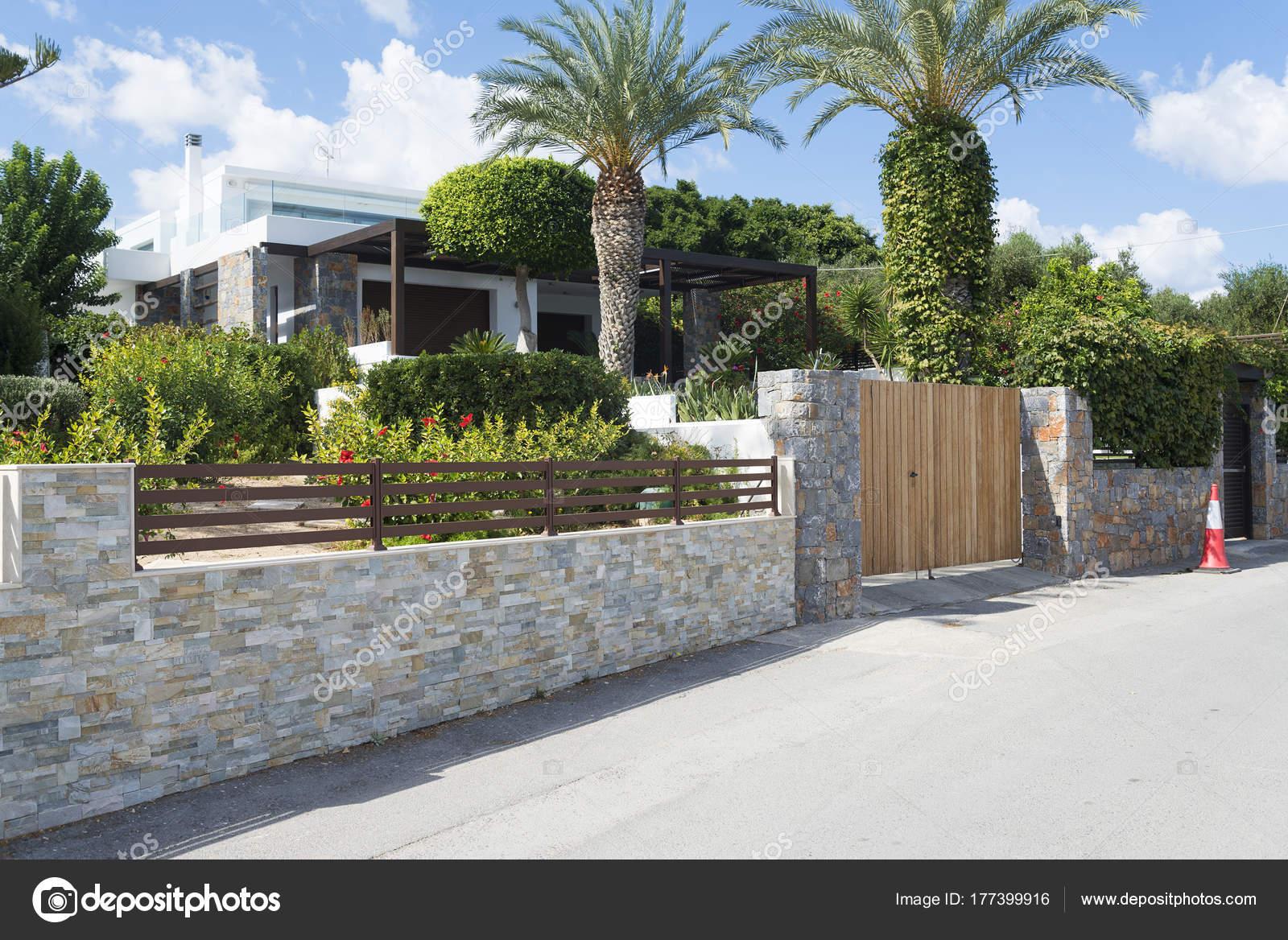 Maison de campagne moderne avec clôture Pierre — Photographie ...
