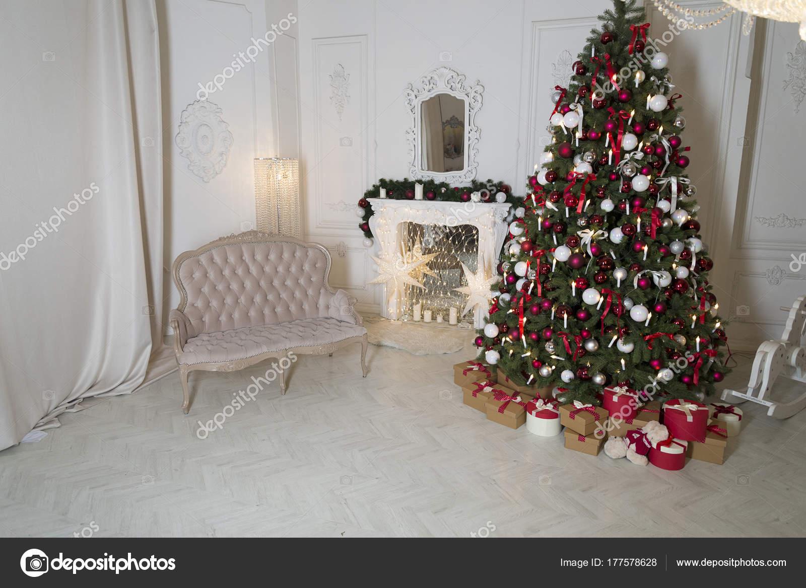 Navidad living comedor con chimenea, sofá, árbol de Navidad y ...