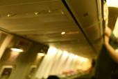 homályos kép egy repülőgép belsejéről