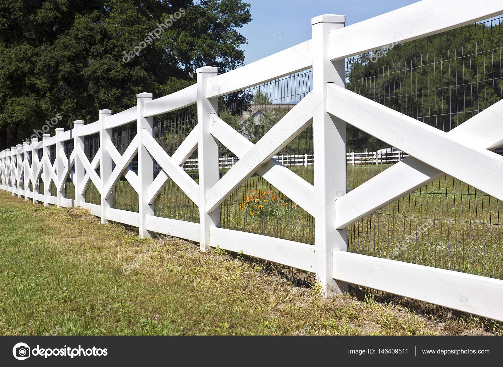 weißer zaun einsatz einer ländlichen gemeinde — stockfoto © johnnyrh