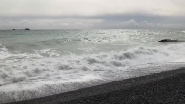 Bouře na Černém moři. Na břehu se rozbíhají vlny. Silná vlna