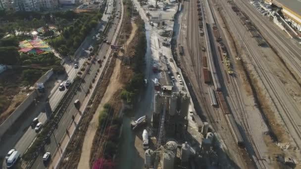 Drohne über Zementfabrik. LKWs beladen und schütten Sand. Industrielles Filmmaterial aufbauen
