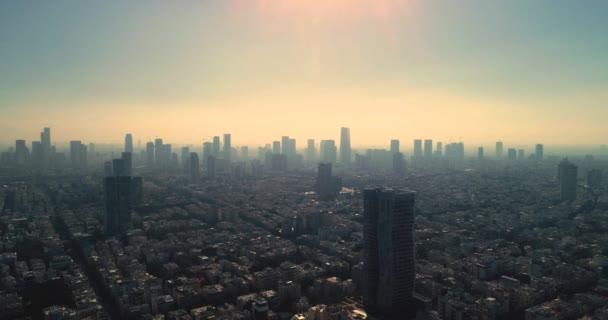 Izrael egy drón égboltja Kora reggeli napfelkeltétől. Panoráma Légi kilátás tengerpart felett Tel-Aviv modern és üzleti város, szállodák, tengerpart és strand. Közel-keleti égbolt