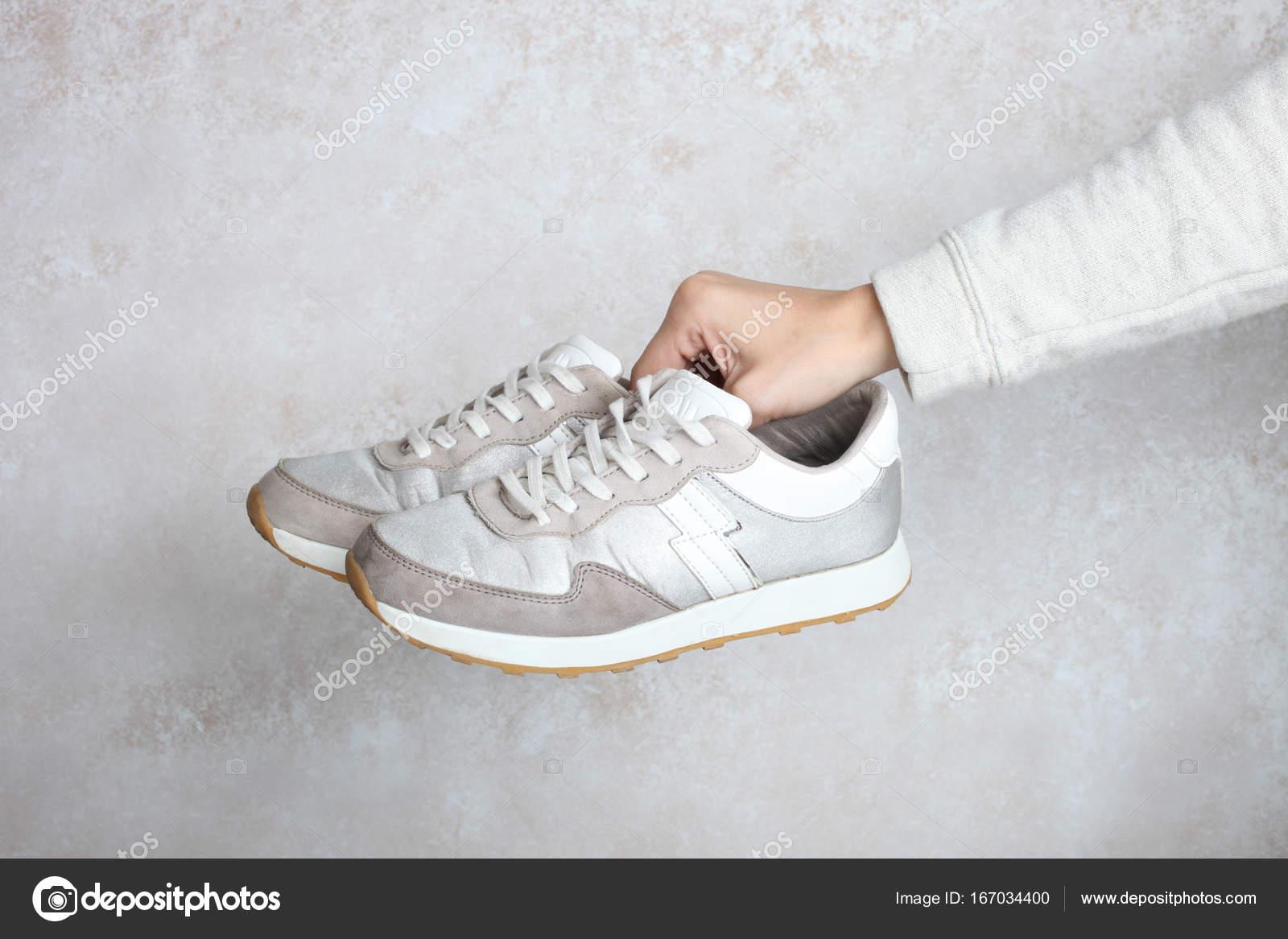 Одна пара срібні кросівки — Стокове фото — фон © Alexthq  167034400 dddea62216f47