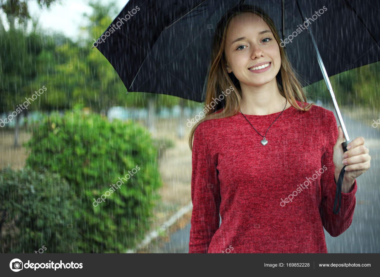 Черная девушка с черным зонтом