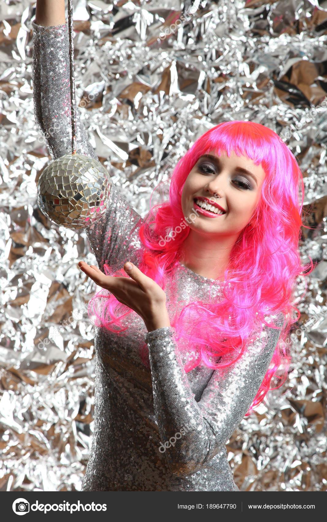 chica en un vestido de plata con bola de discoteca — Foto de stock ...