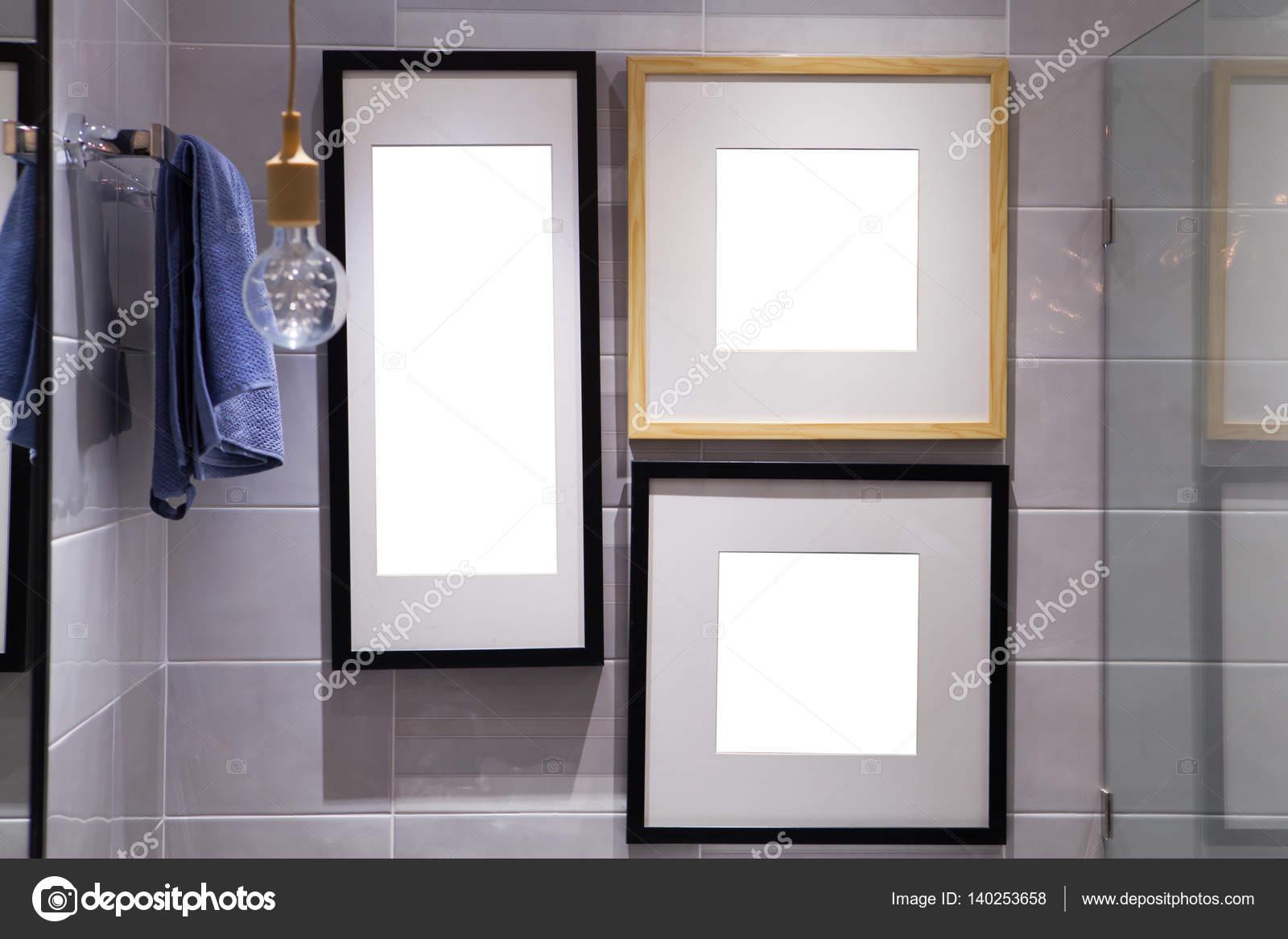 Cornice di legno sulla parete della plancia in bagno — Foto Stock ...