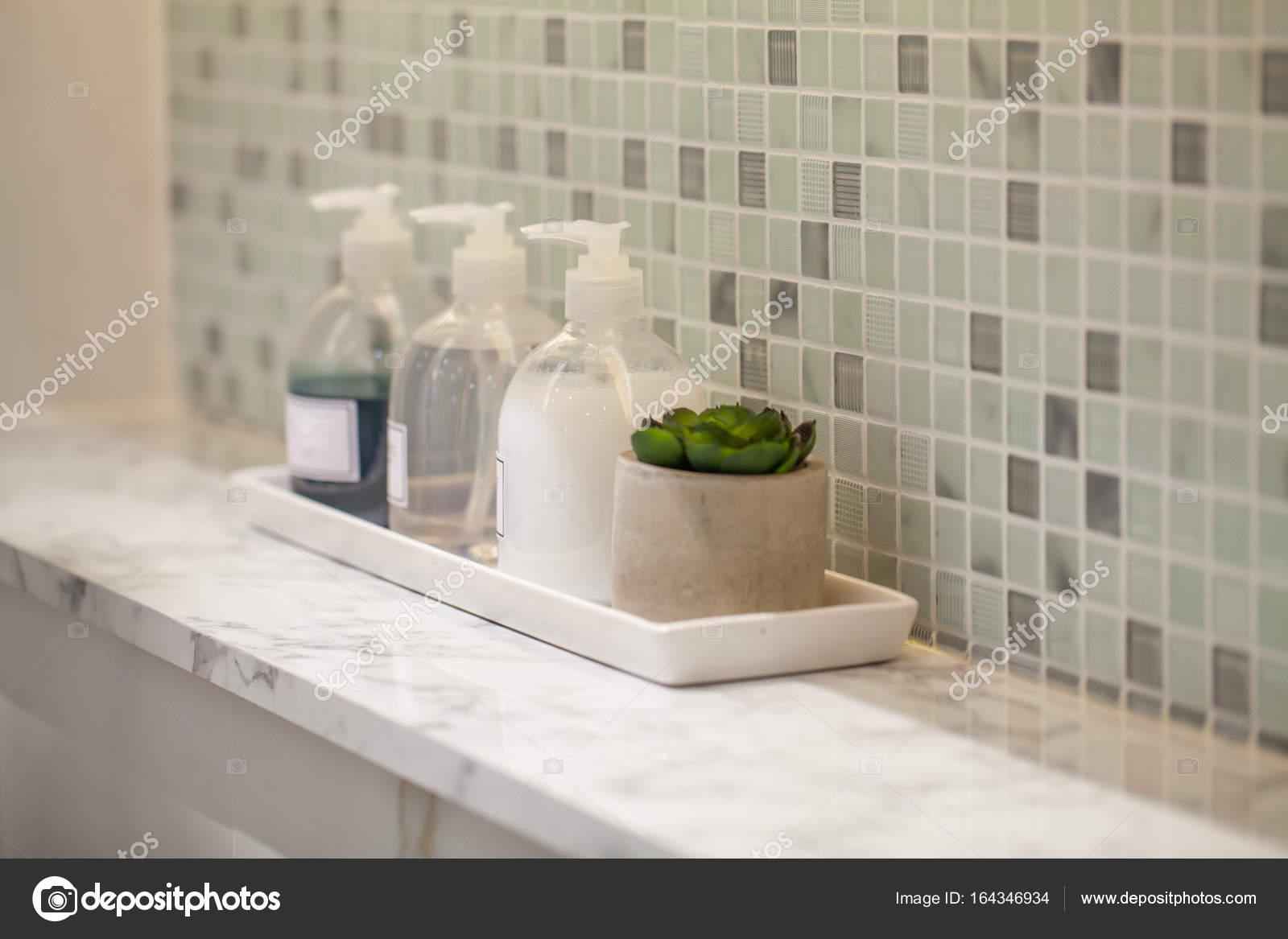 Bottiglia di sapone liquido con accessori per bagno