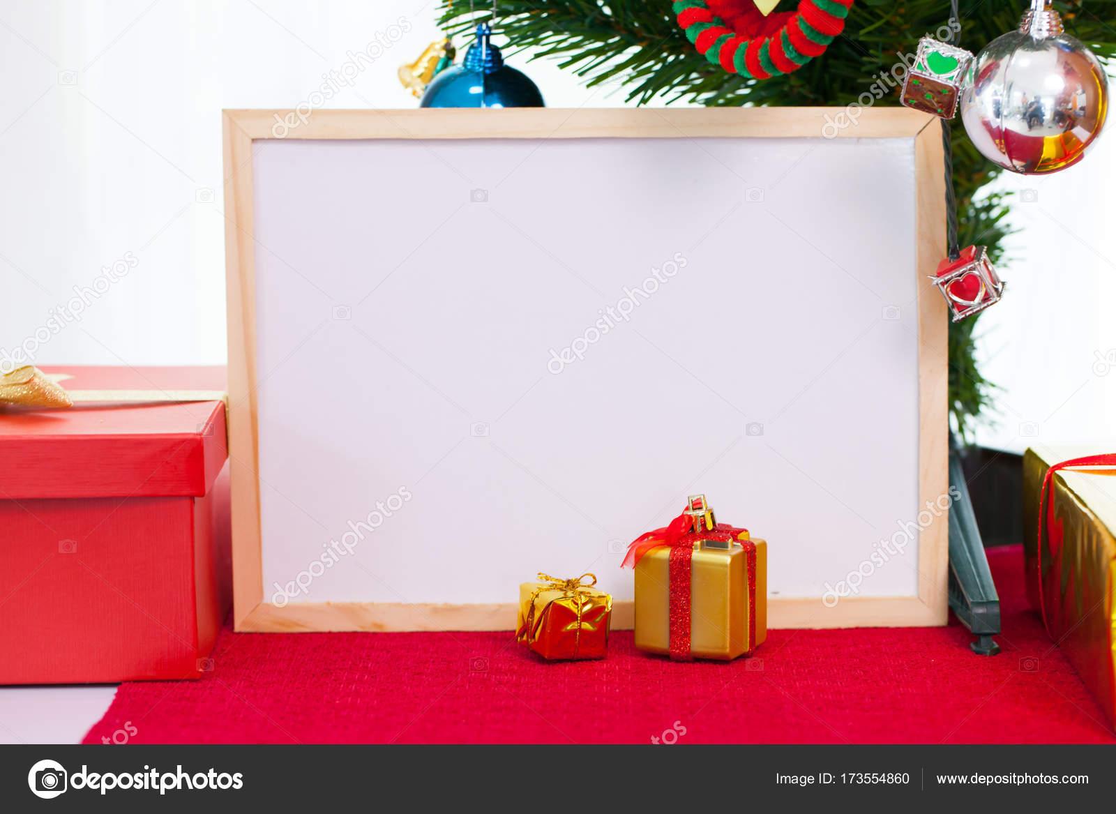 Kerstdecoraties Met Rood : Houten fotolijst met kerstdecoratie op rode loper. rood u2014 stockfoto