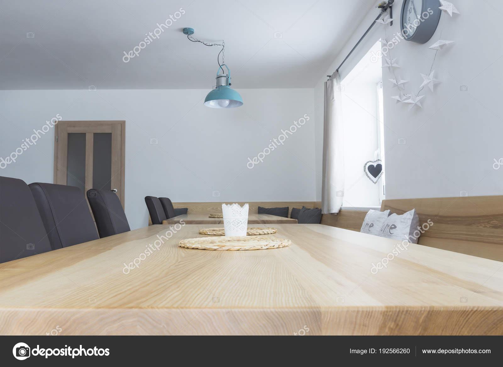 Dîner Table Avec Chaises Et Banc Photographie Mimacz 192566260