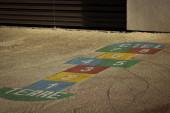 fotografie dětského hřiště s vřelým obecným tónem