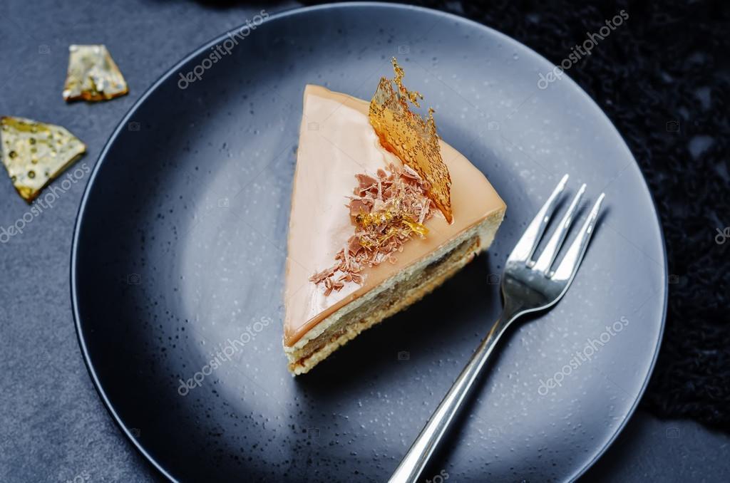 Karamell Mousse Bananen Kuchen Mit Schokolade Glasur Stockfoto