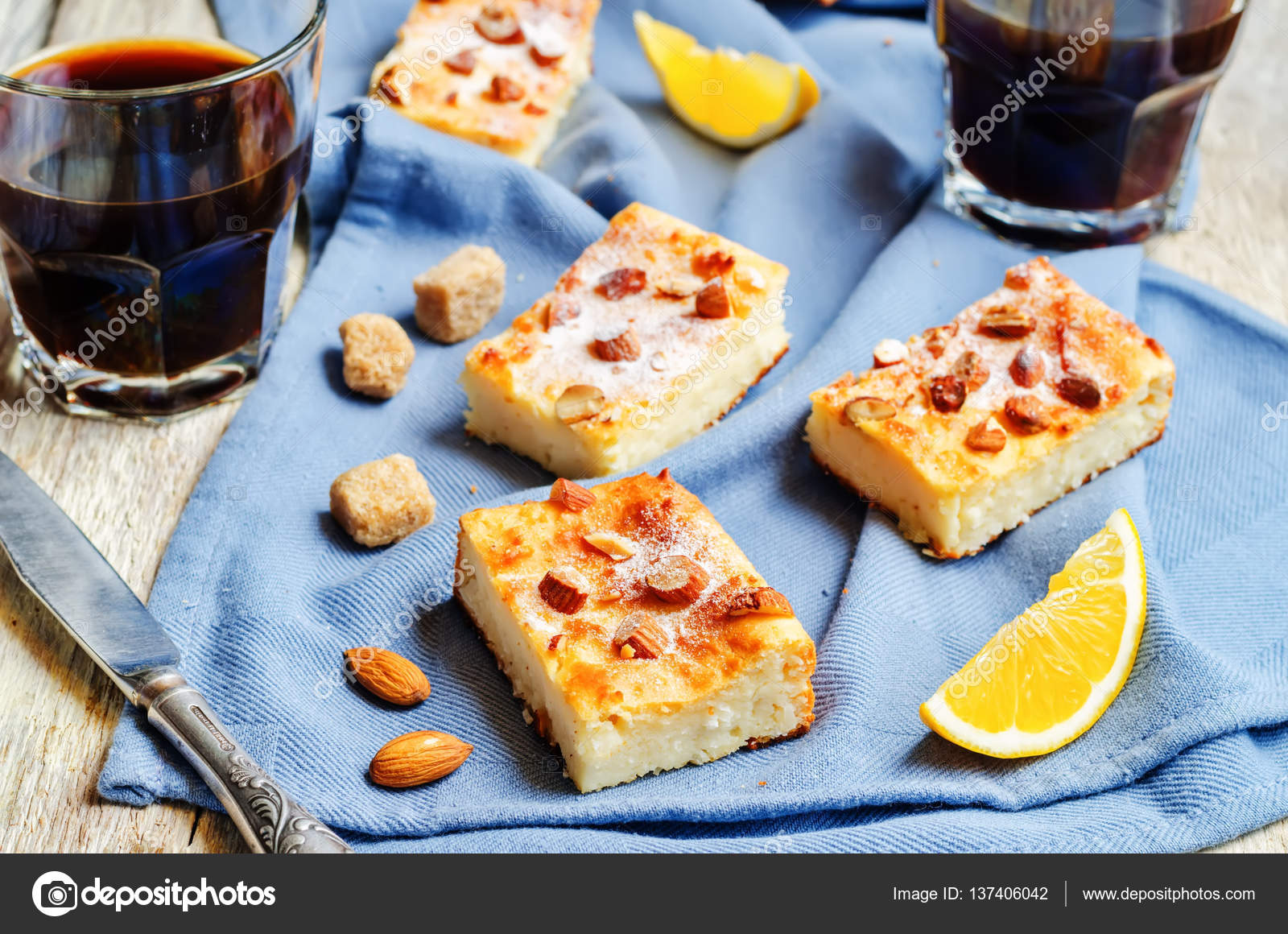Zitronen Ricotta Kuchen Mit Mandeln Bestreuen Stockfoto