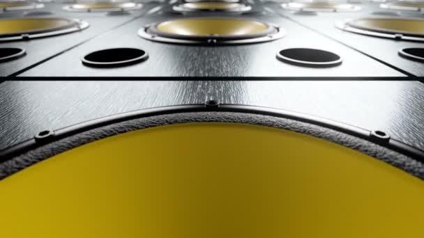 Mozgó hangszórók sárga membránok játszik ritmikus zenei hurok