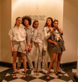 NEU DELHI, INDIEN, FEBRUAR 2020: Während der New Delhi Future Collective Show läuft ein Model in einer Designer-Kollektion für Frühjahr 2020 über den Laufsteg
