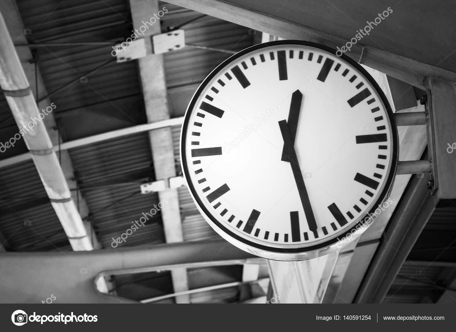 93a23233169 Imagem do relógio na estação de trem em tons preto e branco — Fotografia de  Stock