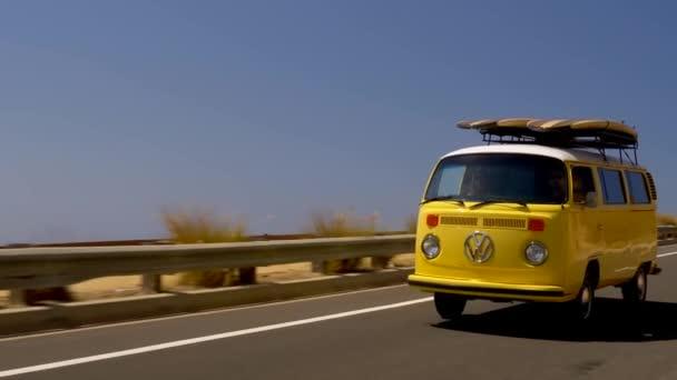 klasszikus vw busz vezetés a tengerparton