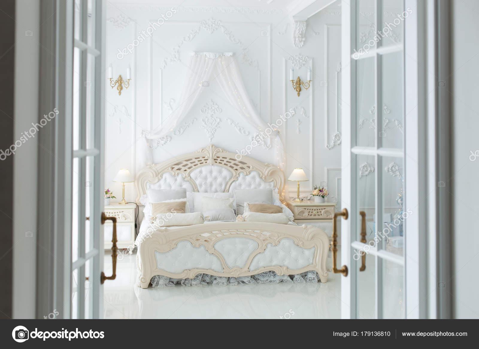 Otwarte Drzwi Do Sypialni Zdjęcie Stockowe Silkstocking