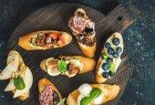 Italský crostini s různými náplněmi