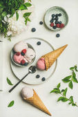 Photo Pink strawberry and coconut ice cream scoops in bowl