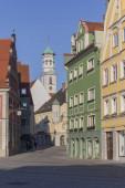 Fotografie Bunte Gebäude auf einem Memminger Platz, blauer und klarer Himmel