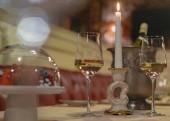 Foto von Weingläsern. Romantisches Abendessen. Abendstimmung im Restaurant