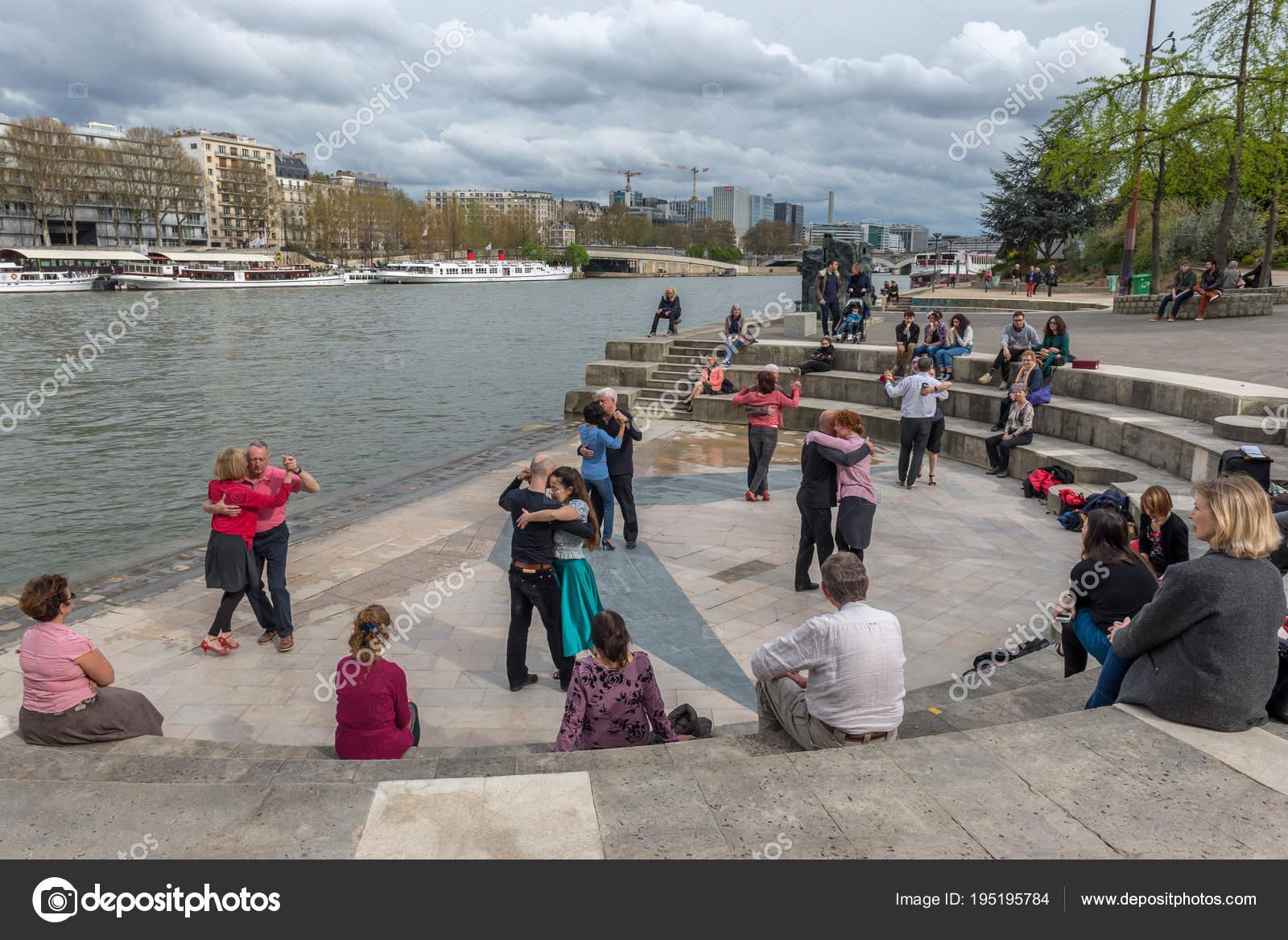 Emparejado Ancianos Baile Orillas Del Rio Sena Paris Francia Abril