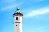 Bílá věž v Domažlicích s modrou oblohou