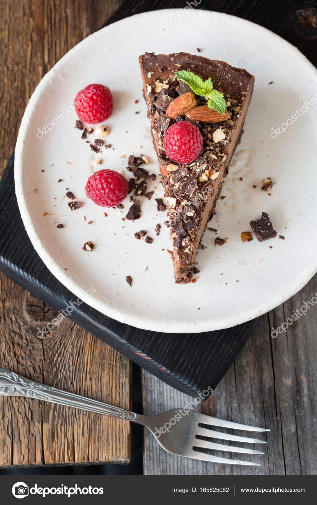 Schokoladen Kasekuchen Mit Mandeln Himbeeren Und Minze Stockfoto