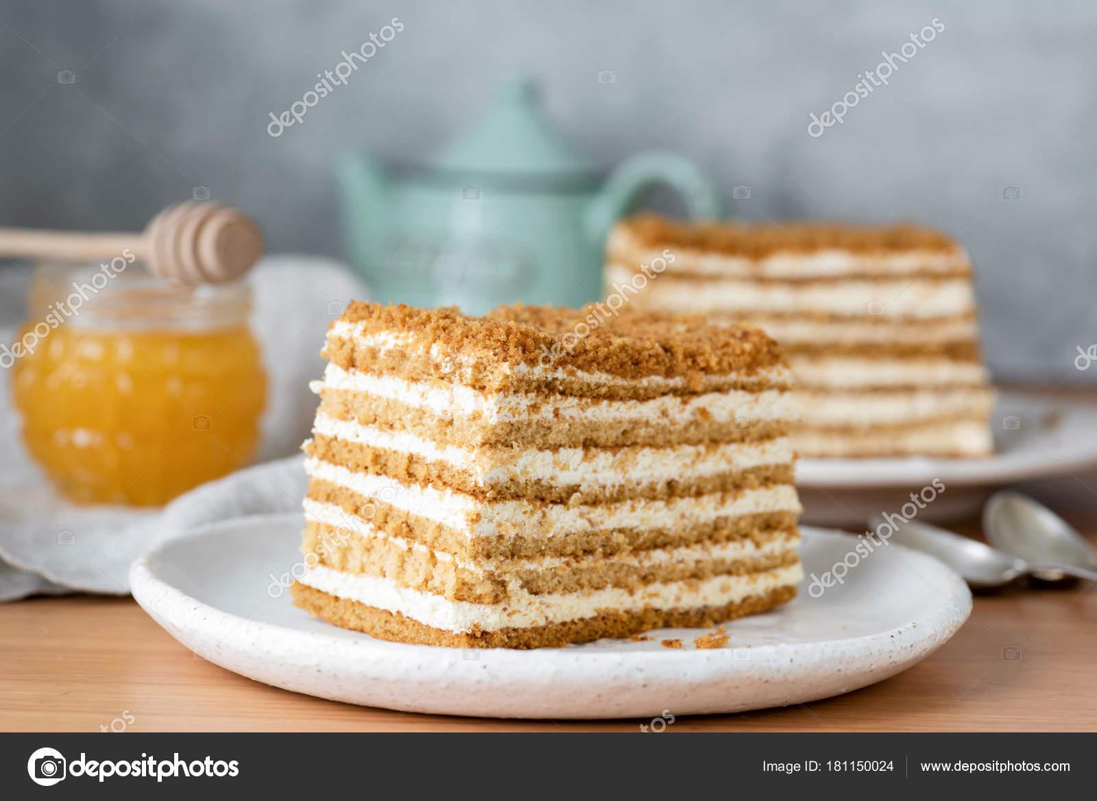 Honigkuchen Geschichtet Oder Russischen Kuchen Medovik Auf Weissen