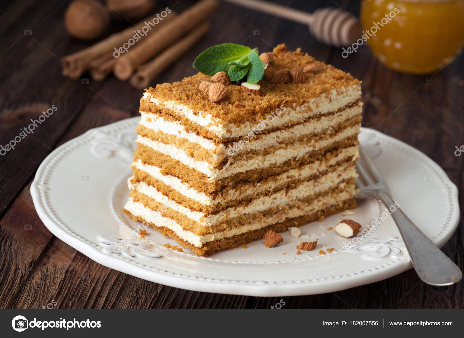 Scheibe Von Geschichteten Honig Kuchen Russische Medovik Stockfoto