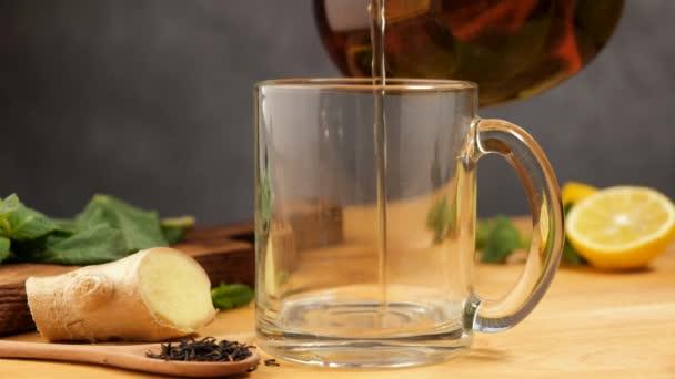 Nalít citrónový zázvorový čaj do skleněného kelímku. Zdravý bylinný horký nápoj