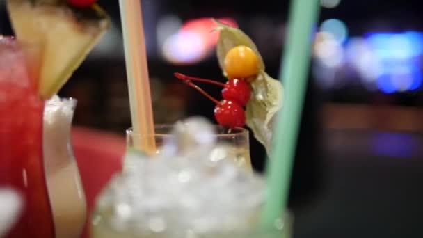 Großaufnahme von bunten Alkoholgetränken und Cocktails in verschiedenen Gläsern auf Bokeh-Hintergrund in Nachtklub, Bar, Disco oder Pub - Mojito, Margarita, Pina Colada, Sazerac, Manhattan vom Barkeeper zubereitet