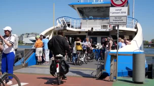 Amsterdam, Nizozemsko Červen 2018 Na palubě trajektové nebo vodní tramvaje se jezdí na kolech. Trajekty přepravují cestující zdarma. Koncept: doprava v Amsterdamu, kanály, řeka Ij