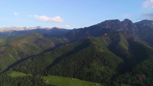 Letecký pohled na hory a město v údolí v létě. Giewont horský masiv v Tatrách v Polsku a panorama Zakopane v létě.