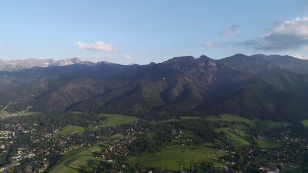 Letecký pohled na hory a město v údolí v létě. Giewont horský masiv v Tatrách v Polsku a panorama Zakopane