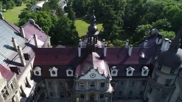 Letecký pohled na zámek Moszna v Polsku, jeden z nejkrásnějších hradů na světě. Slavná místa v Evropě k vidění. Světové dědictví